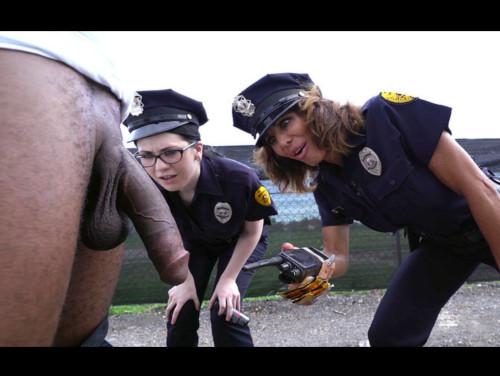 Imagem porno grati Policiais mulher pegando na rola do negão