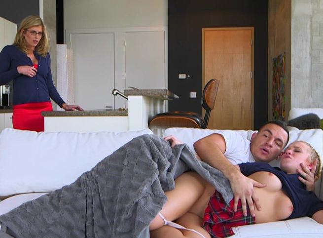 Imagem Sexo HD Tia flagra sobrinha perdendo a sua virgindade
