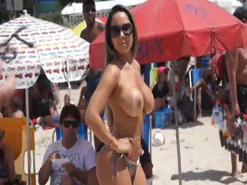 Imagem Fimi pono Mulher melão mostrando suas teta na praia