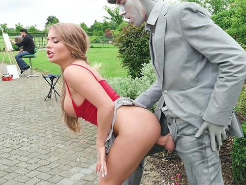 Imagem Porno digital Amadora transando com uma Estatua ao ar livre