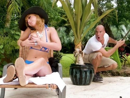 Imagem Pornorazzo videos Novinha recebendo massagem do jardineiro