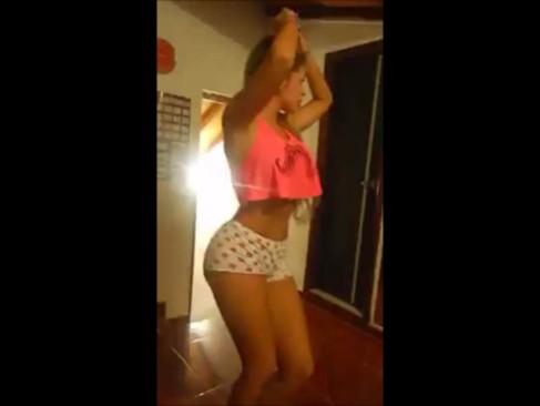 Imagem Sexo tube Loirinha dançando e rebolando a bunda