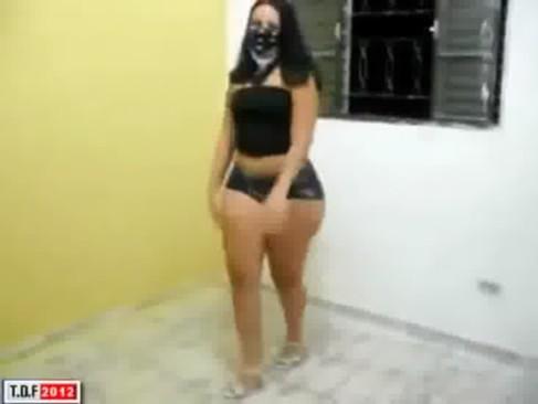 Imagem Xexecas gratis Morena dançou funk com o short entalado no rabo